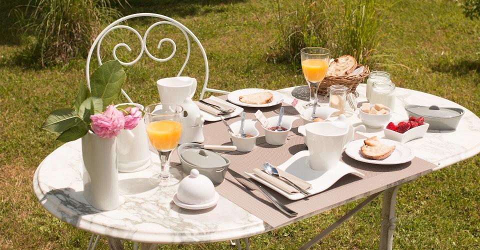 petit déjeuner en terrasse gourmandise fruits gâteau yaourts large choix de thés en vrac œufs de la ferme