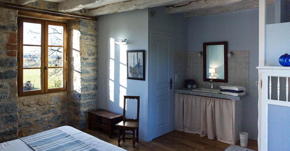 murs bleus en pierres